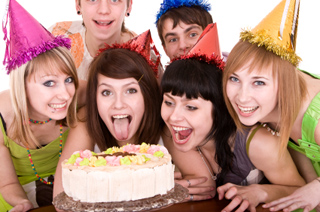 group of teenagers celebrate happy birthday - Fiesta De Cumpleaos Adultos