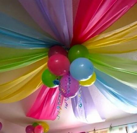 El uso del papel crepé en cumpleaños.